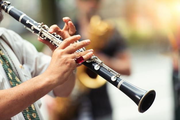 Деталь уличного музыканта, играющего на кларнете Premium Фотографии