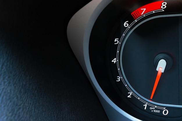 車の中でタコメーターの詳細をコピースペースでクローズアップ Premium写真