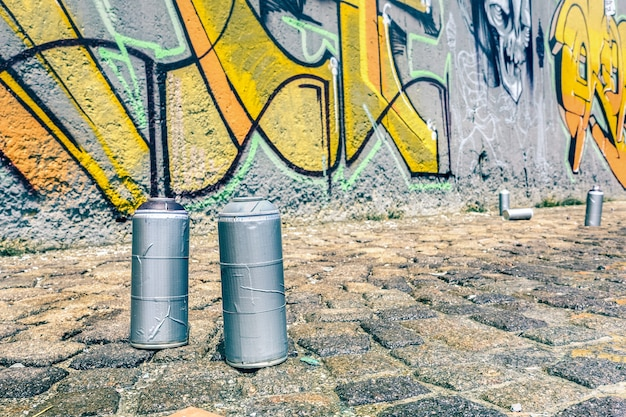 에어로졸 스프레이의 세부 사항은 벽에 다채로운 낙서 수 있습니다. 프리미엄 사진