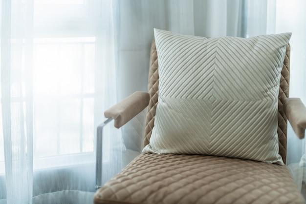 Деталь ножки кресла крупным планом с ковровым покрытием под мебель Premium Фотографии
