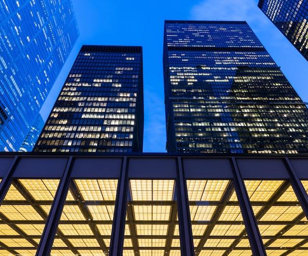 Деталь освещенных современных небоскребов в финансовом районе торонто (доминион-центр). Premium Фотографии