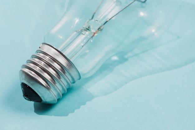 Деталь лампочки на синем фоне Бесплатные Фотографии