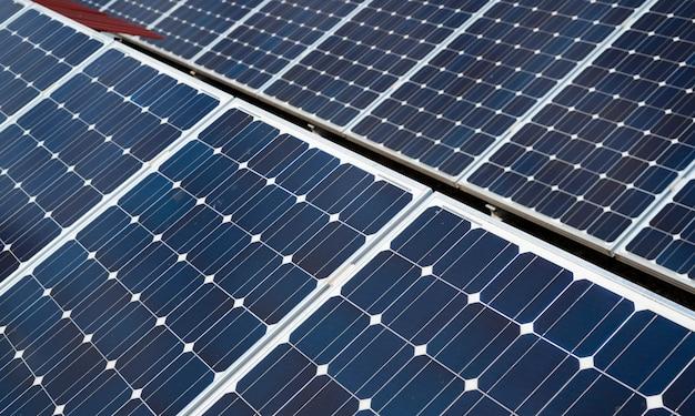 Деталь солнечных батарей. концепция чистой энергии в городе Premium Фотографии