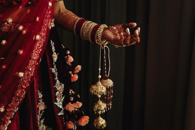伝統的なインドの結婚式の女性服の詳細と一部 無料写真