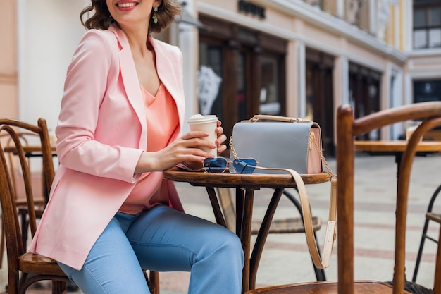 カフェに座っているスタイリッシュな服装のきれいな女性のアクセサリーの詳細、サングラス、ハンドバッグ、ピンクとブルーの色、春夏のファッショントレンド、エレガントなスタイル、ロマンチックなムード、ヨーロッパでの休暇、 無料写真