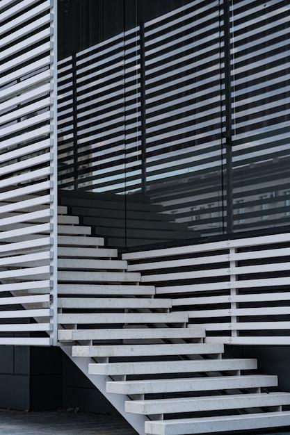 モダンな建物の手すりと階段の詳細と窓の影の反射 無料写真