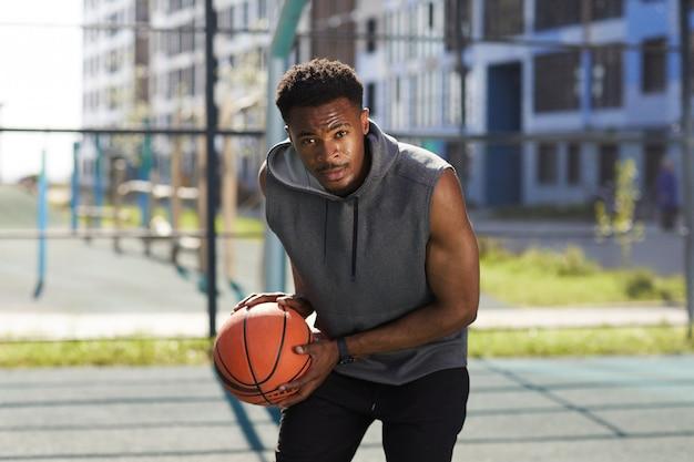 Определенный афро-американский баскетболист Premium Фотографии
