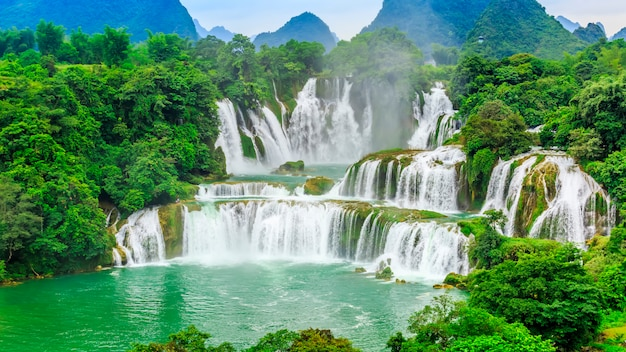 中国広西省のdetian滝とベトナムのbanyue滝 Premium写真