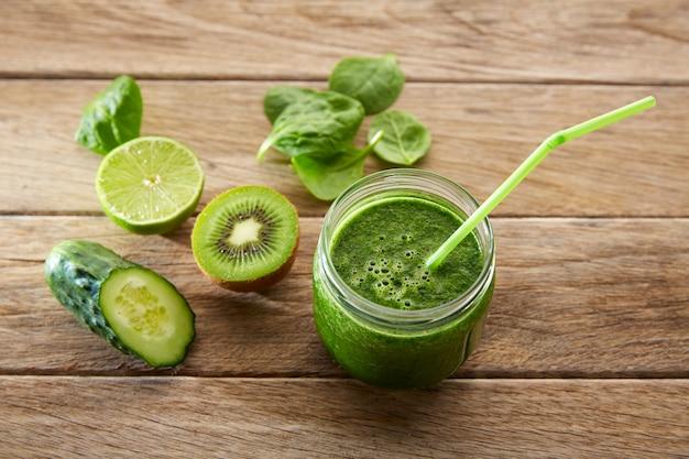 Detox green juice cleansing recipe Premium Photo