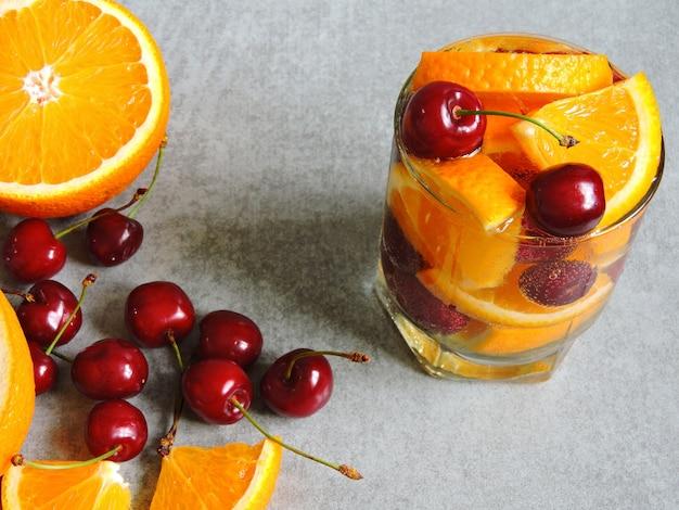 オレンジとチェリーのデトックス水。 Premium写真