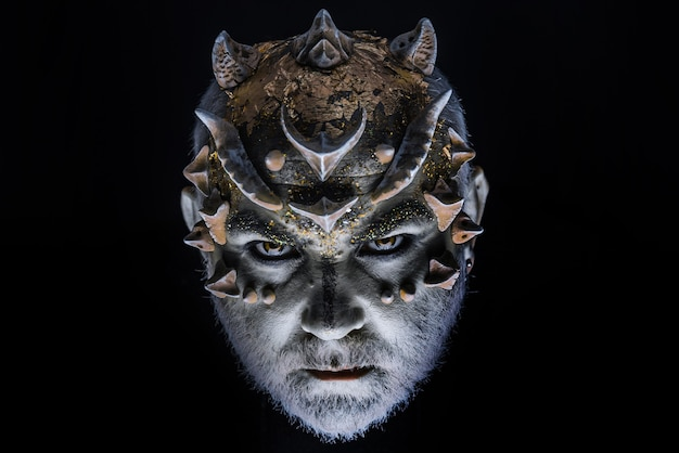 Дьявольский демон. голова с шипами или бородавками, лицо покрыто блестками Premium Фотографии