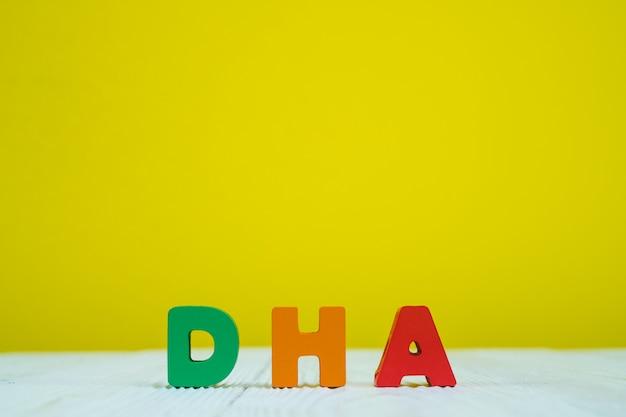Dha текст алфавит на фоне желтой стены Premium Фотографии