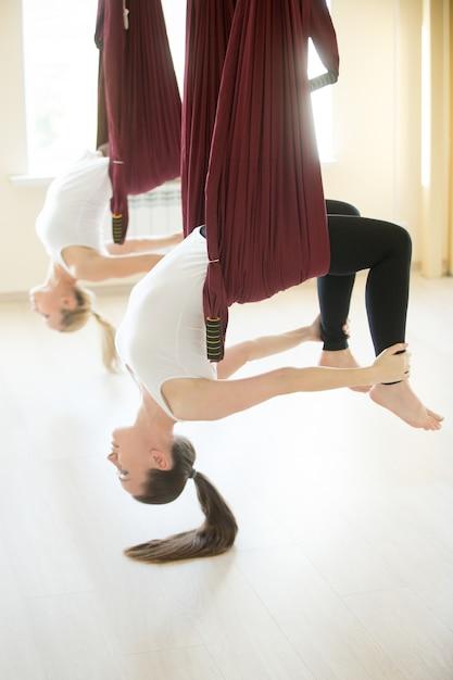 Дханурасана йога позирует в гамаке Бесплатные Фотографии