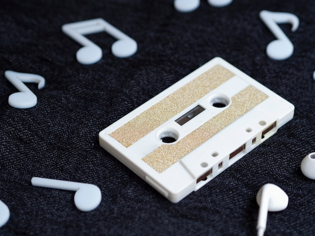 Diagonal view white minimalistic cassette tape Free Photo