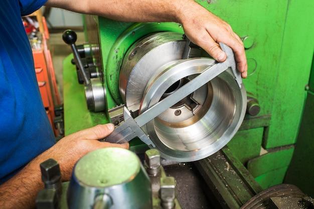 Измерение диаметра деталей машин Premium Фотографии