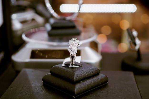 宝石の高級店のウィンドウディスプレイショーケースに空白の値札が表示されたダイヤモンドリング Premium写真