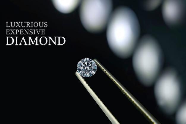 ダイヤモンドは価値があり、高価で希少です Premium写真