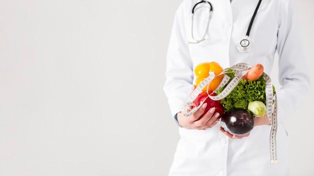 Концепция диеты с женщиной-ученым и здоровой пищи Premium Фотографии