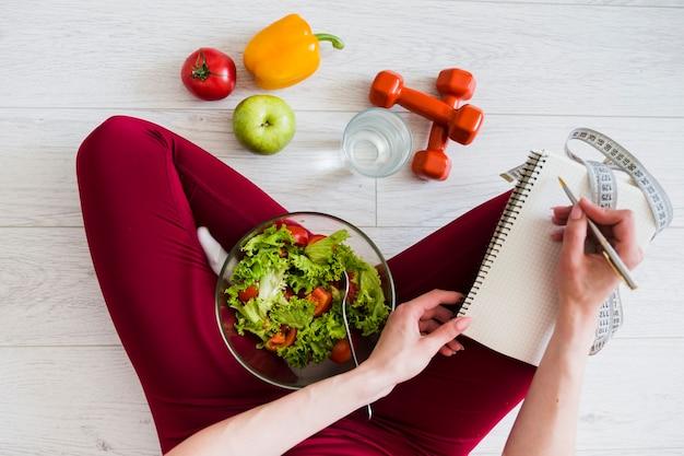Концепция диеты с женщиной спорта и здоровой пищи Premium Фотографии