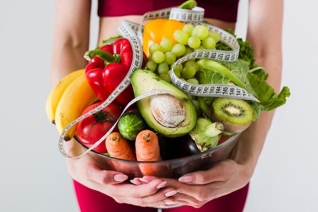 スポーツ女性と健康食品の食事療法の概念 Premium写真