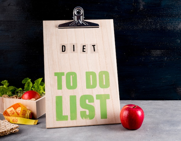 Diet to do list with apple on table Free Photo
