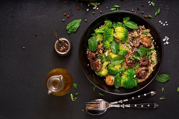 食事メニュー。野菜のヘルシーなビーガンサラダ-ブロッコリー、マッシュルーム、ほうれん草、キノアのボウル。フラット横たわっていた。上面図 無料写真