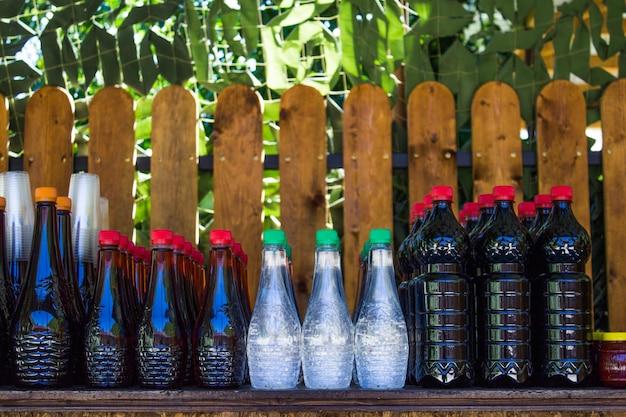 Разные алкогольные напитки домашнего производства Premium Фотографии