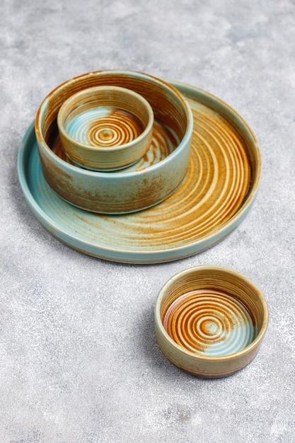 다른 세라믹 빈 접시와 그릇. 무료 사진