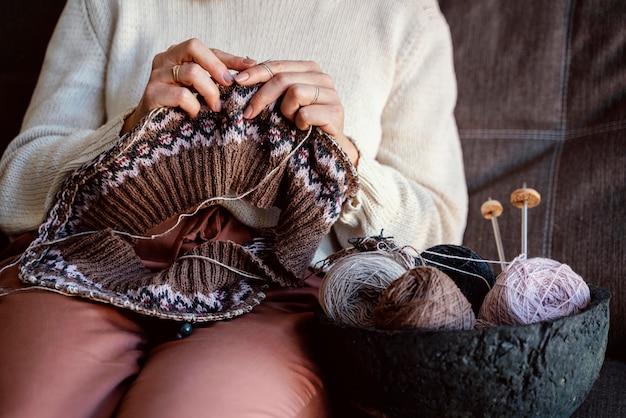 Diversi colori di fili e accessori per cucire in un cestino Foto Gratuite