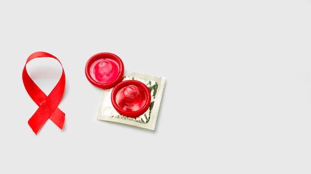 コピースペースと白い背景の異なるコンドーム 無料写真