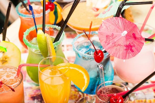 ストローとパラソルを飲みながらグラスに氷を入れた新鮮なカクテル Premium写真