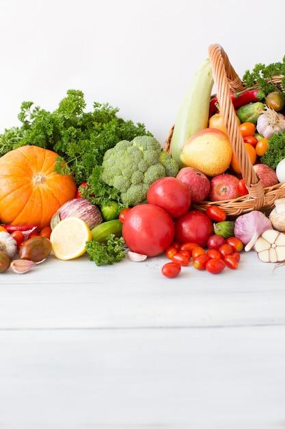 バスケットの異なる新鮮な野菜。 Premium写真