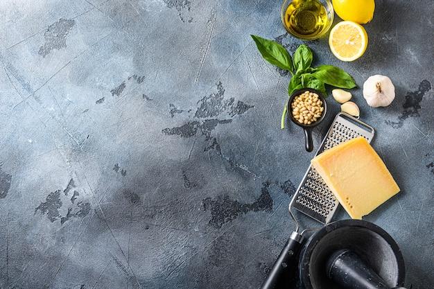 Различные ингредиенты для итальянского песто. Premium Фотографии