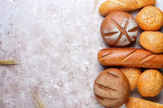Различные виды свежего хлеба в качестве фона, вид сверху Бесплатные Фотографии