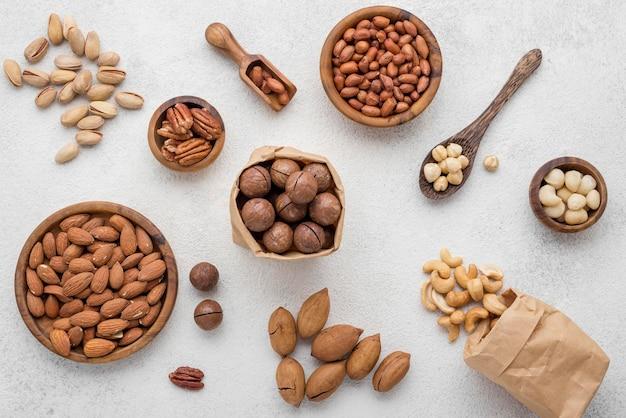 白い背景の上のナッツの種類 Premium写真