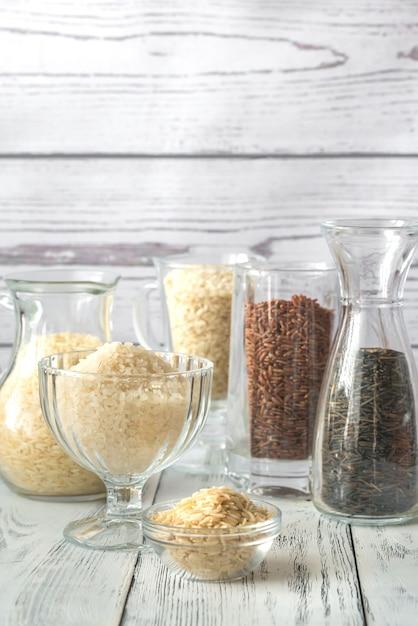 Различные виды риса на белом фоне Premium Фотографии