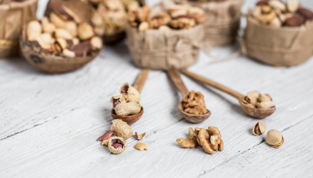 Разные орехи в тарелках Бесплатные Фотографии