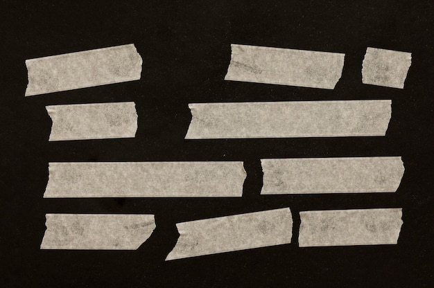 검은 배경에 다른 크기의 테이프 프리미엄 사진