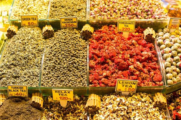 Различные сорта чая на египетском базаре в стамбуле Premium Фотографии
