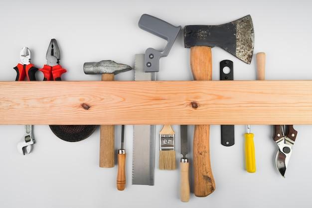 木製のサポートに掛かっているさまざまなツール Premium写真