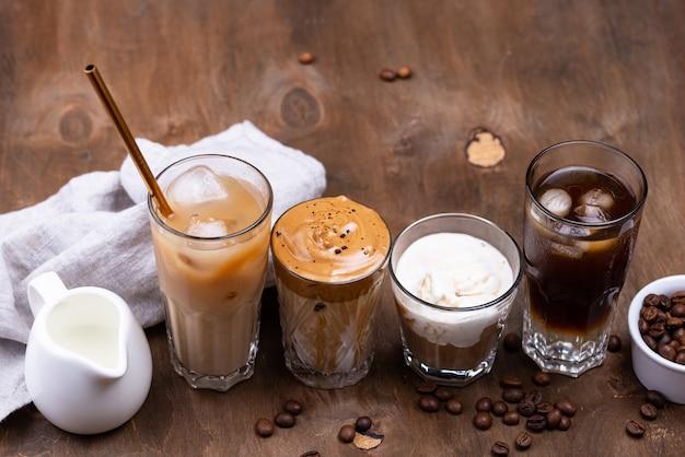 Различные модные холодные кофейные напитки Premium Фотографии
