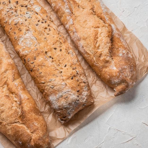 ベーキングペーパー上のさまざまな種類のパン 無料写真