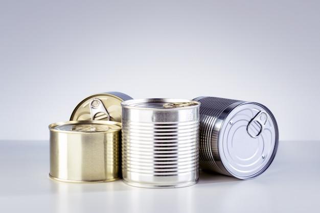 Различные виды консервов на столе Premium Фотографии