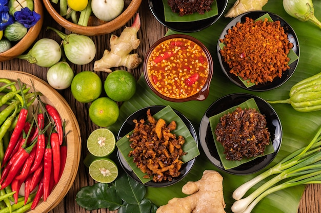 Различные виды соуса чили в чашке с ингредиентами для приготовления Бесплатные Фотографии