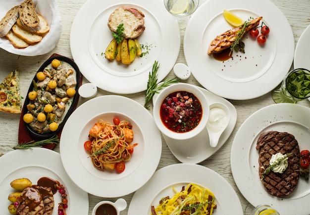 テーブルの上の料理の種類、トップビュー。レストランメニューのコンセプト Premium写真