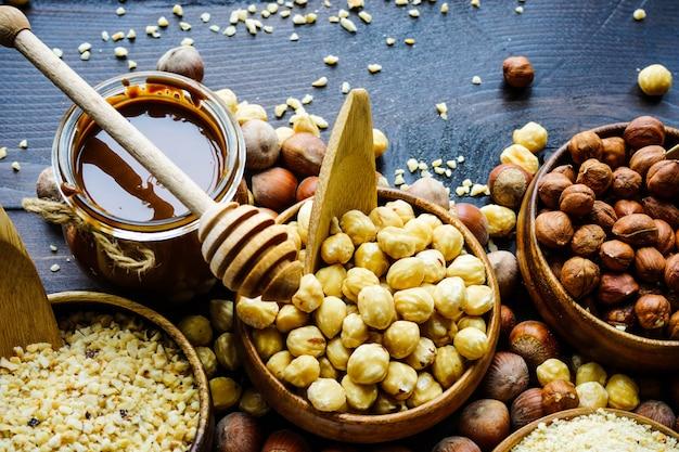 Разные виды орехов Premium Фотографии