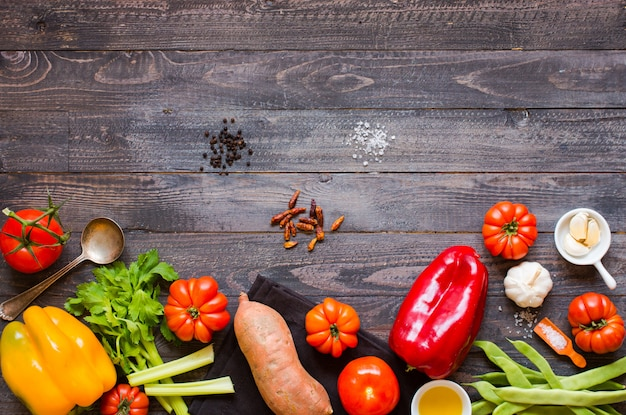 さまざまな種類の野菜、古い木製のテーブル、テキスト用のスペース。 Premium写真