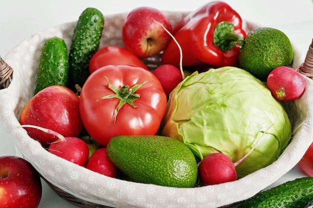 Различные овощи и фрукты изолированы. Premium Фотографии