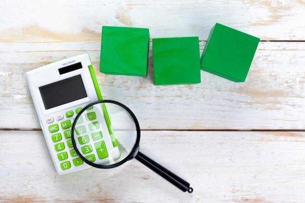 Цифровой калькулятор на столе Premium Фотографии