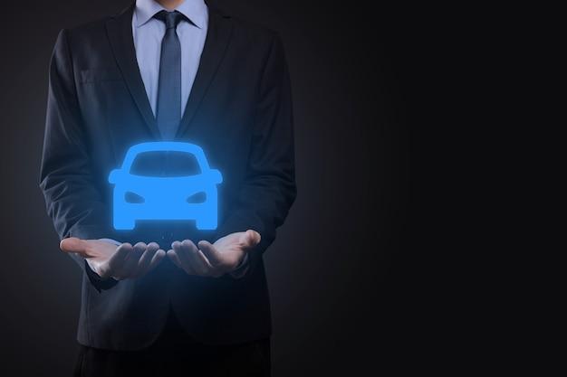 車のアイコンを保持している人のデジタル合成。自動車保険と自動車サービスの概念。車のジェスチャーとアイコンを提供するビジネスマン。 Premium写真